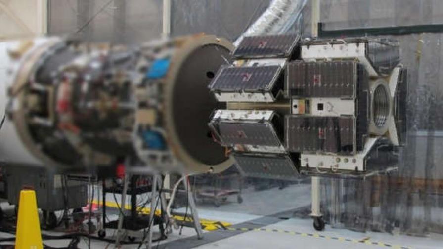 В модула на фокус са снимани общо 8 от малките сателити, които ще излязат в орбита заедно