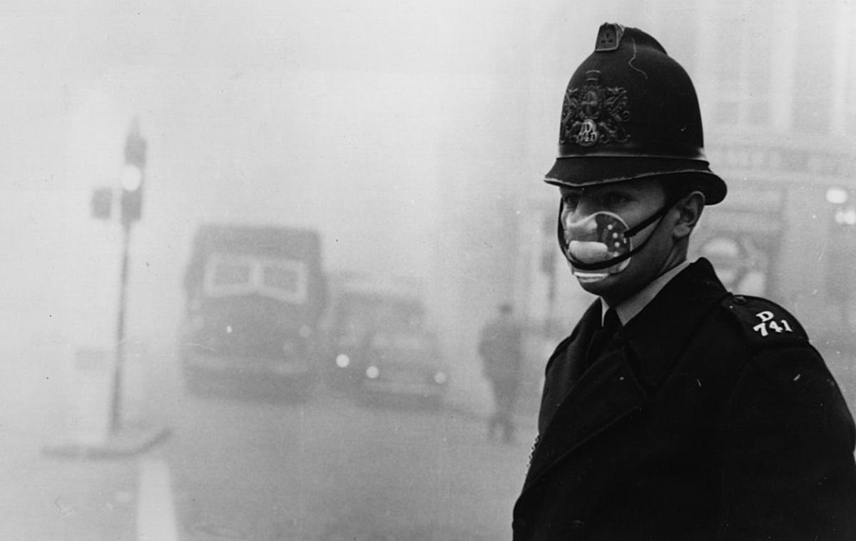 Властите предупреждават родителите да не пращат децата си на училище, за да не се загубят в гъстата мъгла.