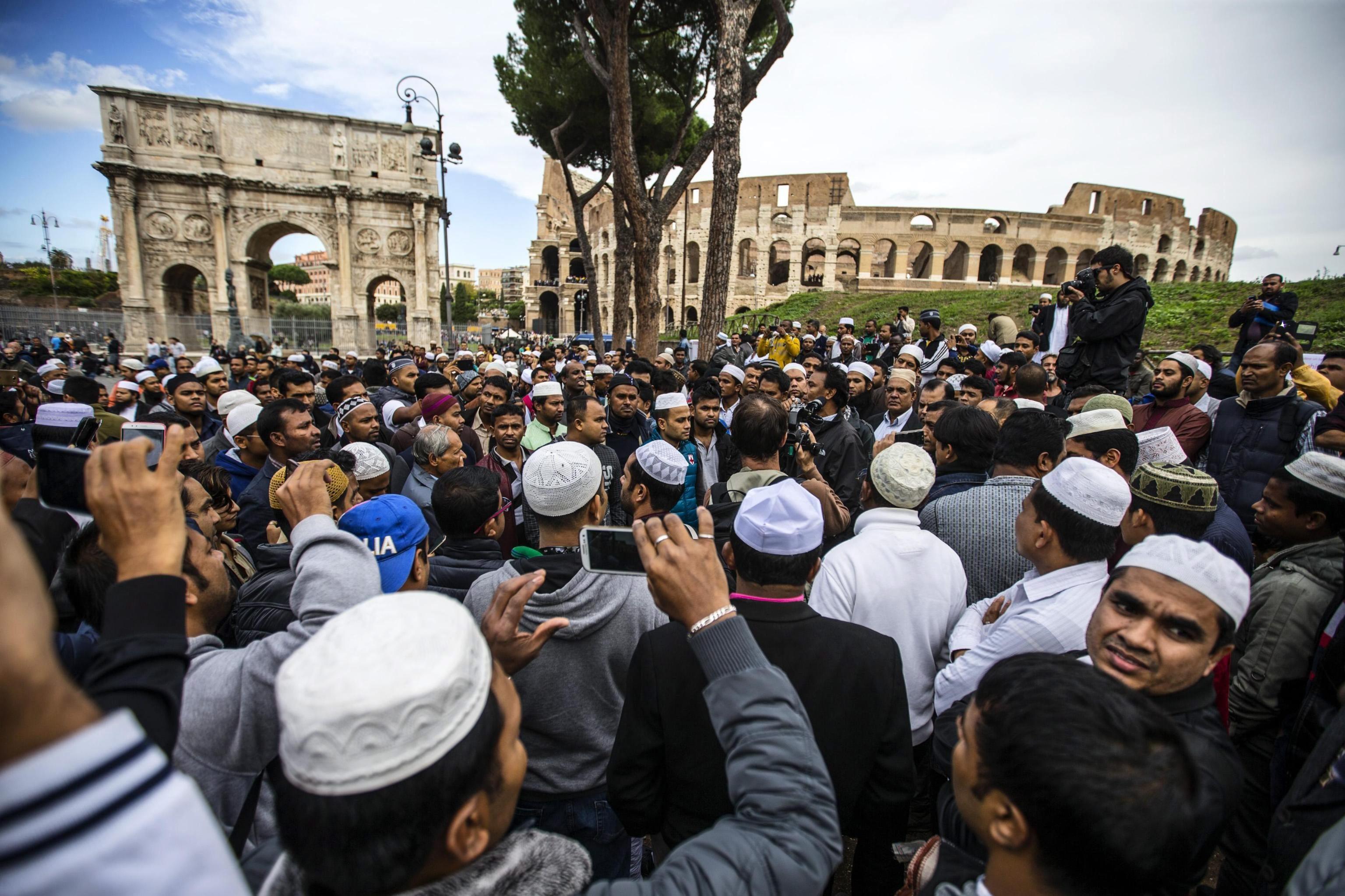"""Хиляди мюсюлмани се събраха на 21 октомври на масова петъчна молитва пред Колизеума в Рим. Така те изразиха недоволството си от затварянето на """"мини джамиите в гаражи"""""""