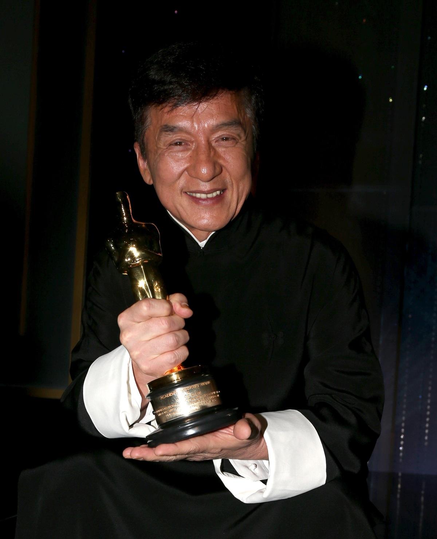 """Актьорът Джеки Чан стана лауреат на почетната награда """"Оскар"""" за принос в киното. Той е един от най-известните азиатски киноактьори, заедно с Брус Ли. Джеки Чан е роден през 1954 г. Учи в китайската Академия за драматично изкуство от 7-годишен. Кинодебюта си прави година по-късно."""