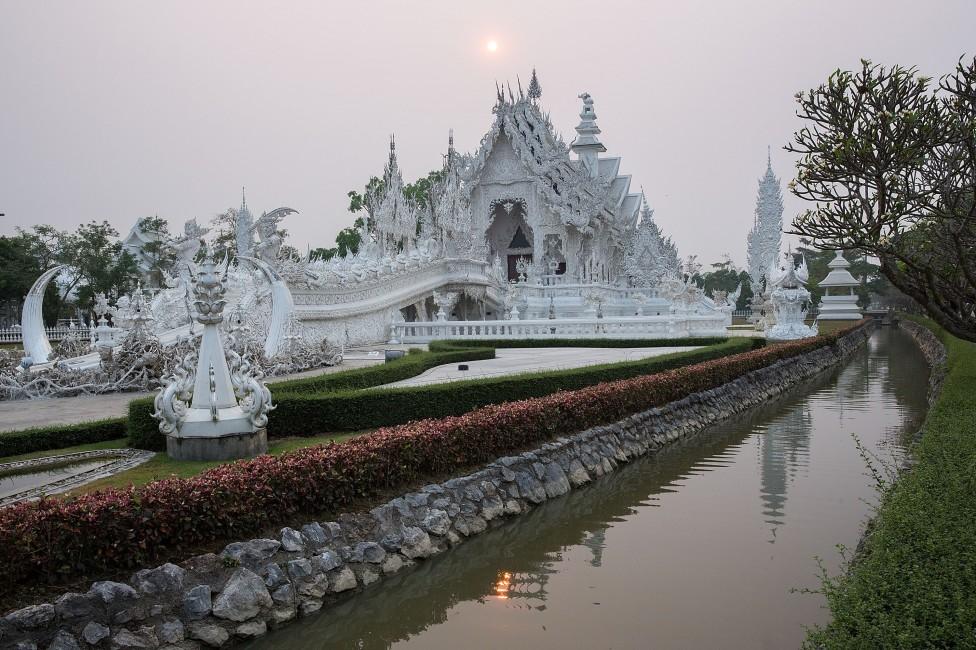 - Ват Ронг Кун (Тайланд) – доста спорно е дали този будистки храм, чието строителство стартира през 1997 г. е поразително красив или фантастично грозен...