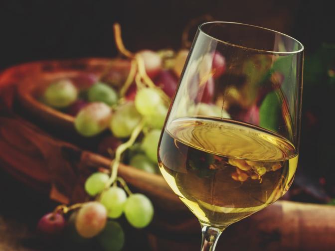 <br /> Жабурете виното. Така виното влиза в контакт с всички вкусови зони на устата<br />