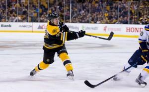 Бостън Брюинс падна, но се класира за плейофите в НХЛ