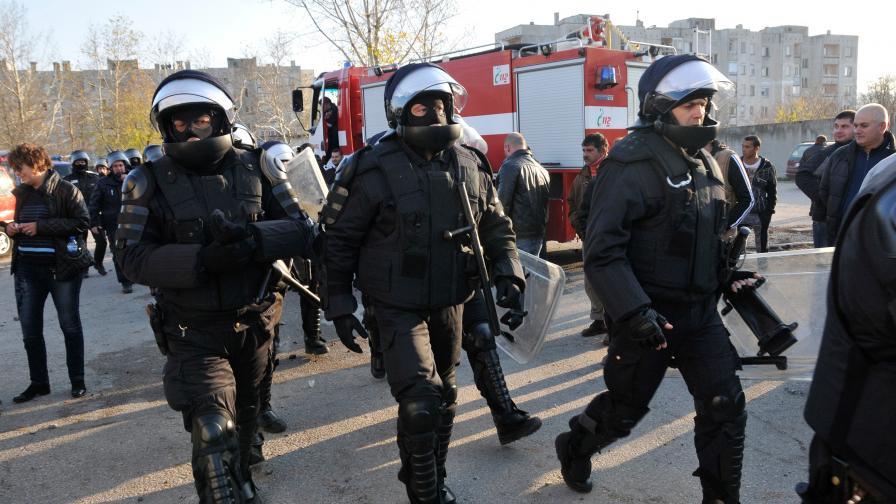 Награждават близо 300 полицаи след бунта в Харманли