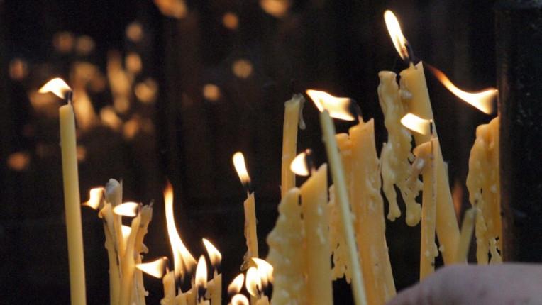 свещи църква задушница