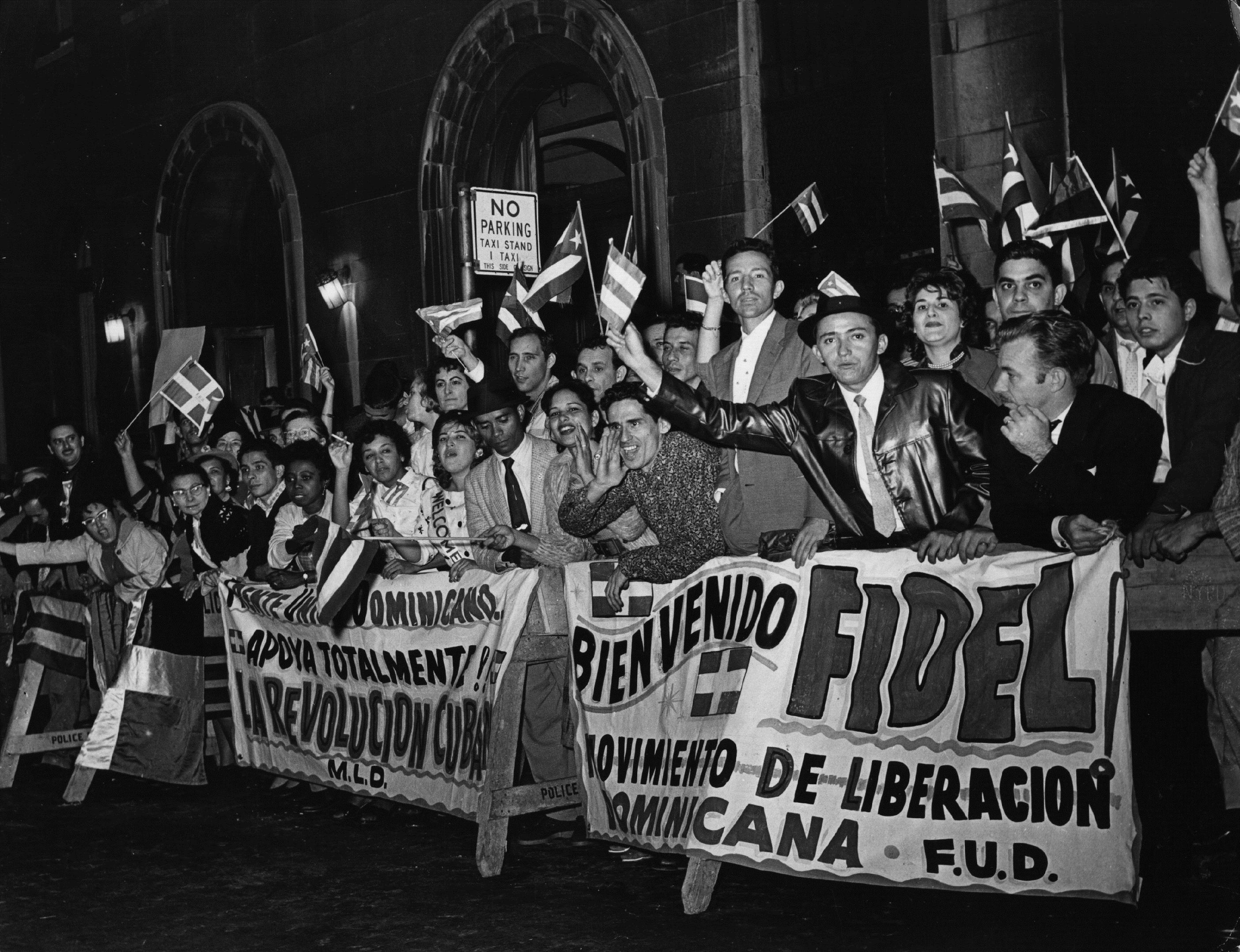 21 септември 1960 г. - Екзалтирана тълпа чака на международното летище в Ню Йорк Фидел Кастро, който идва на посещение в САЩ.
