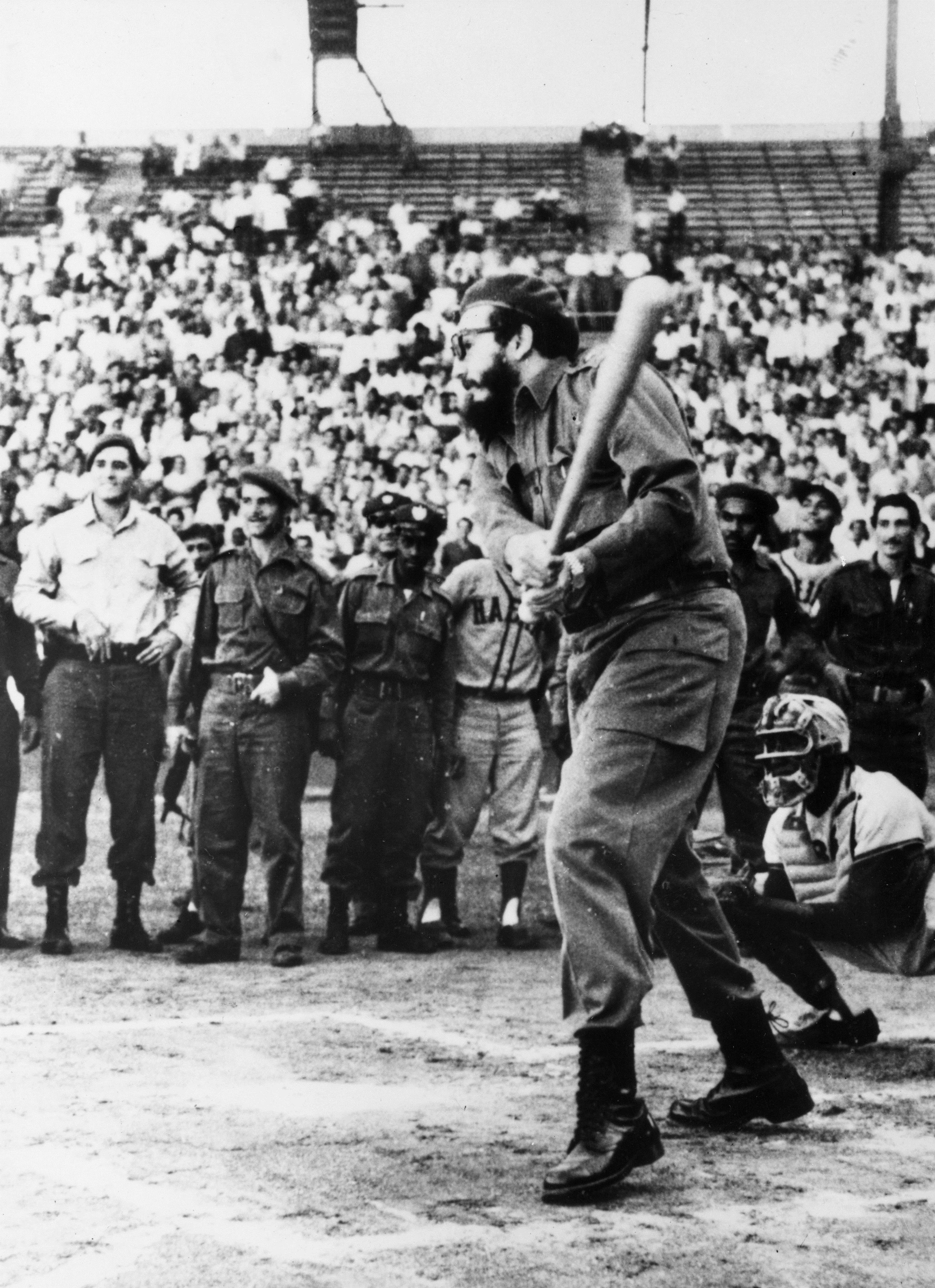 Фидел Кастро открива бейзболен турнир в Хавана.