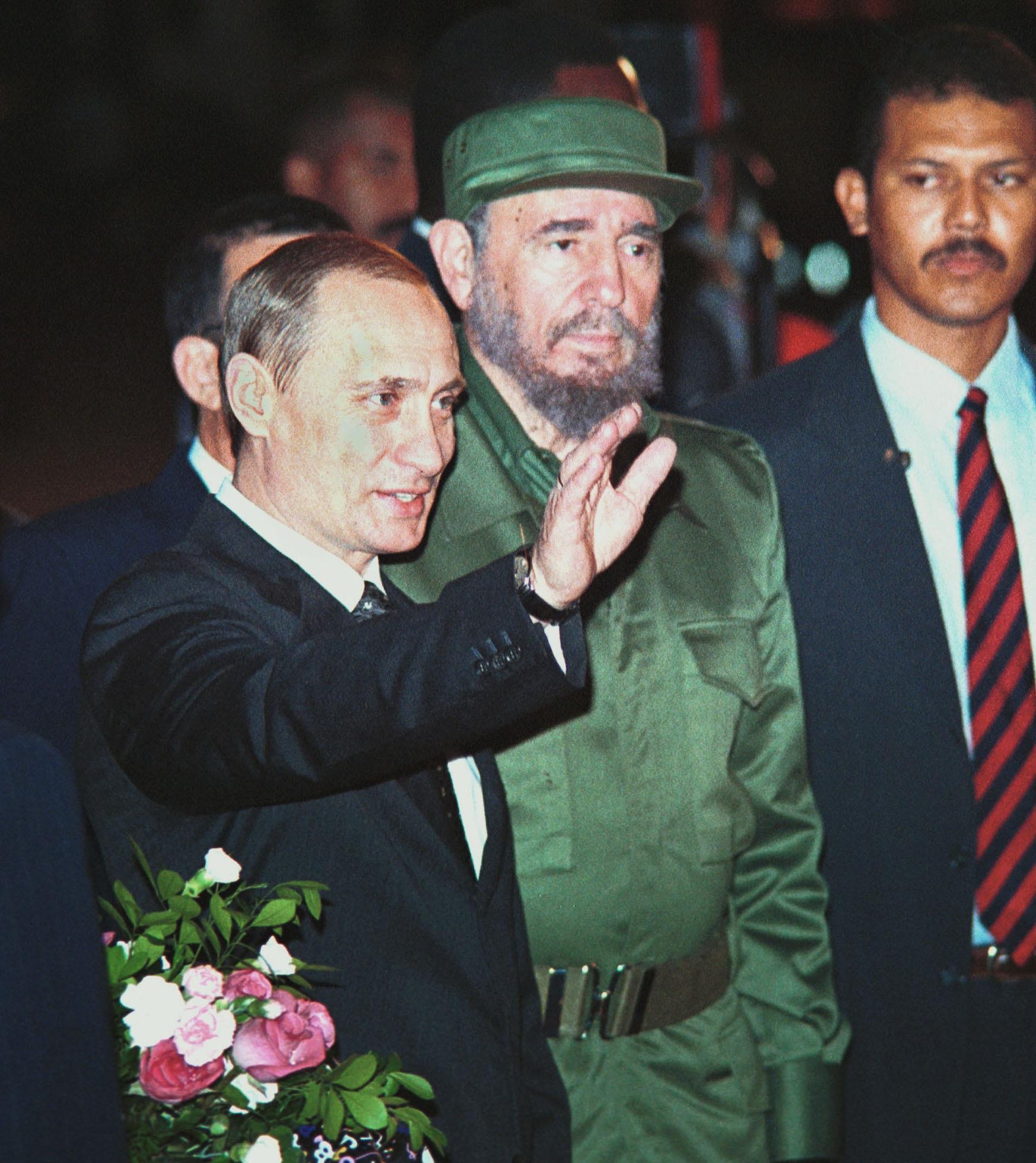 13 декември 2000 г. - Фидел Кастро посреща руският президент Владимир Путин в Хавана. ова е първата визита на руски държавен глава в Куба след разпадането на СССР през 1991 г.
