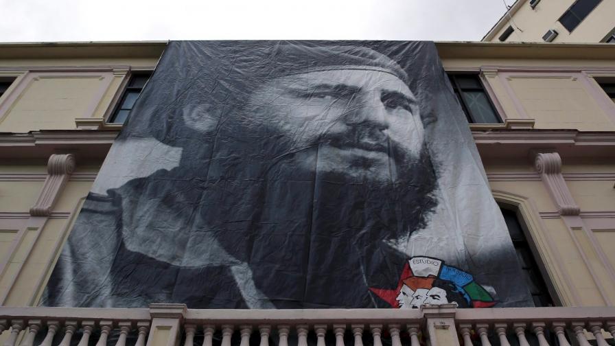 Огромен плакат на Фидел Кастро беше поставен на сграда в кубинската столица Хавана, часове след съобщението за смъртта на Ел Команданте