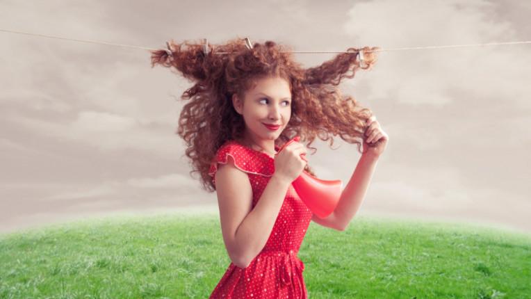 коса жена сешоар сушене