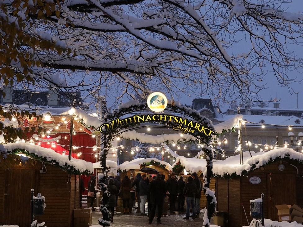 - Автентичен немски вурст, плодово греяно вино и множество красиви дървени играчки и сувенири предлага базарът тази година.