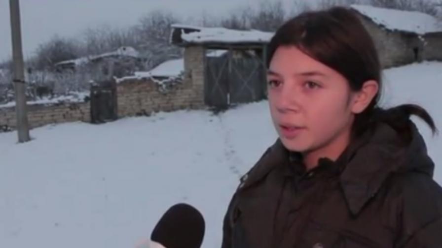 Ученичка опря пистолет в главата на връстничка
