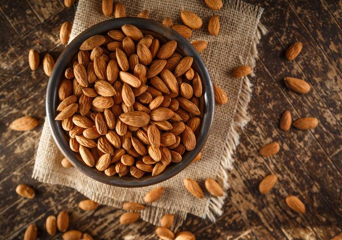 """Който иска да направи нещо за здравето си, трябва да изяжда по няколко бадема на ден. Освен, че те притъпяват глада, бадемите помагат много на сърдечната дейност и намаляват риска от диабет и алцхаймер. Бадемите съдържат от """"добрите"""" мазнини - като тези на авокадото."""