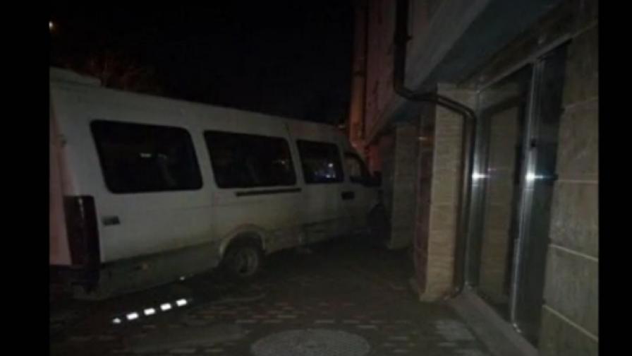 14-годишен с краден бус се блъсна в стена в Русе