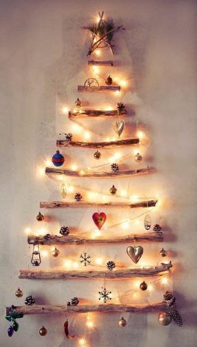 Най-топлите празници - Коледа и Нова година, идват съвсем скоро и трепетът около украса и подготовка на дома за посрещане на хубавите дни става все по-голям. Ако обичате да декорирате дома си за различни поводи, то тук ще откриете фантастични идеи как да се сдобиете с оригинална украса именно за Коледа. Вдъхновението ни е един от най-големите символи на този празник, а именно коледното дръвче.