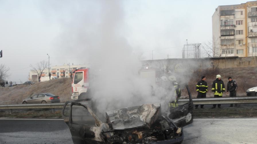 Лек автомобил се блъсна в тир и се запали, двама ранени