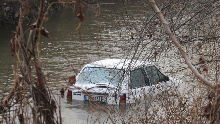 Кола падна в река, шофьорът невредим по чудо