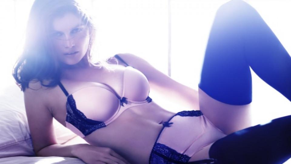 """Модел от коледната колекция дамско бельо на """"H&M"""", чието рекламно лице е Летисия Каста"""