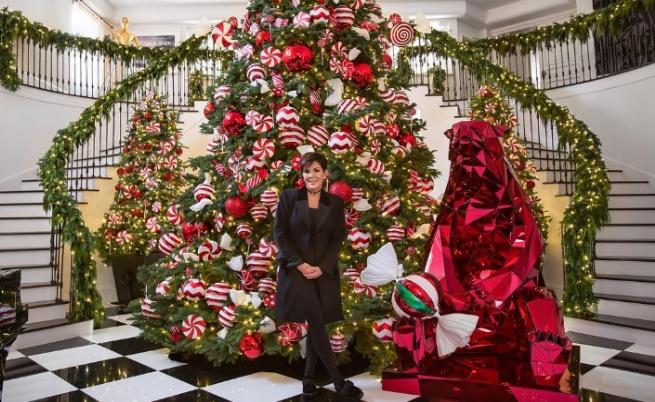 """Коледна украса в дома на майката на Ким Кардашиян - Крис Дженър като всяка година се изявява и като """"майката на Коледа"""" (2016)"""