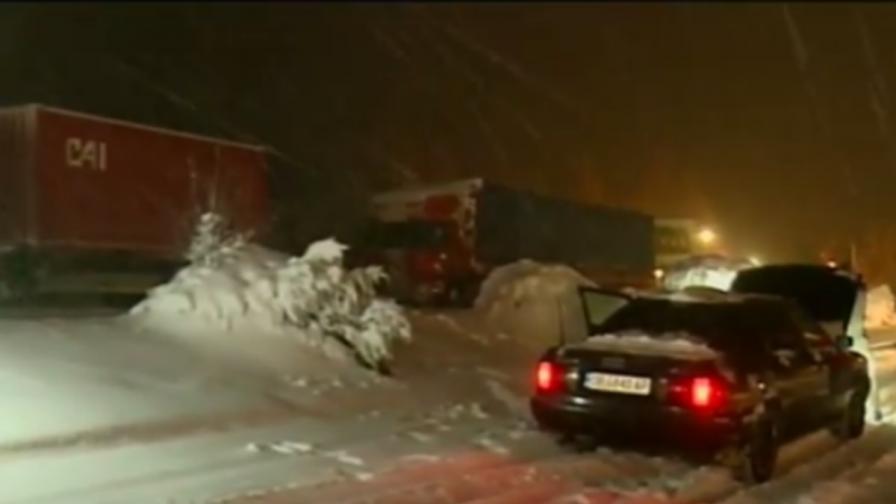 Студ и снежни пътища, вятър брули над страната