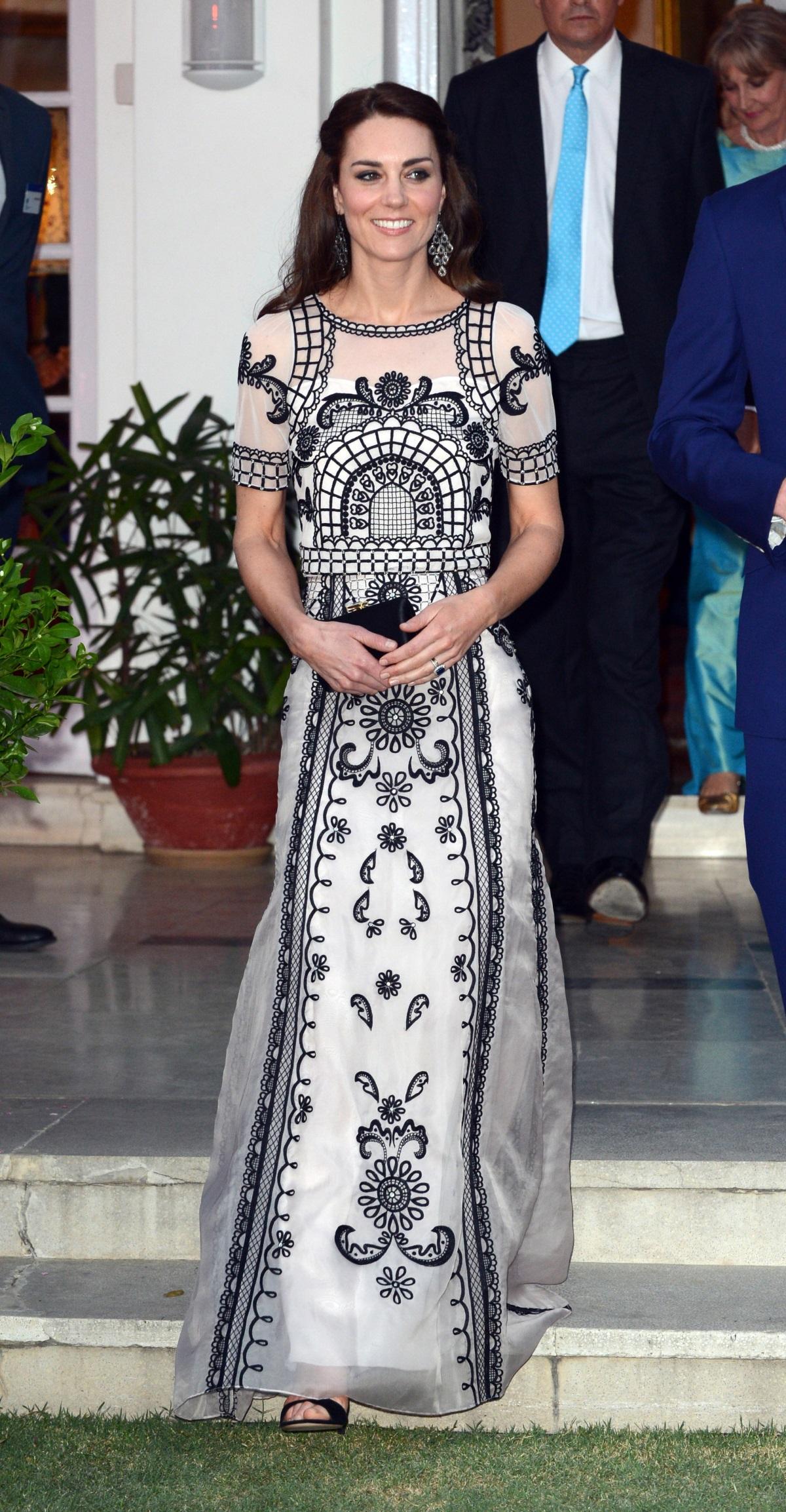 През април Кейт Мидълтън и принц Уилям бяха на едноседмично посещение в Индия и в Бутан. По време на престоя им в Южна Азия херцогинята на Кеймбридж се появи с няколко невероятни рокли, с които за пореден път причлече всиманието върху себе си