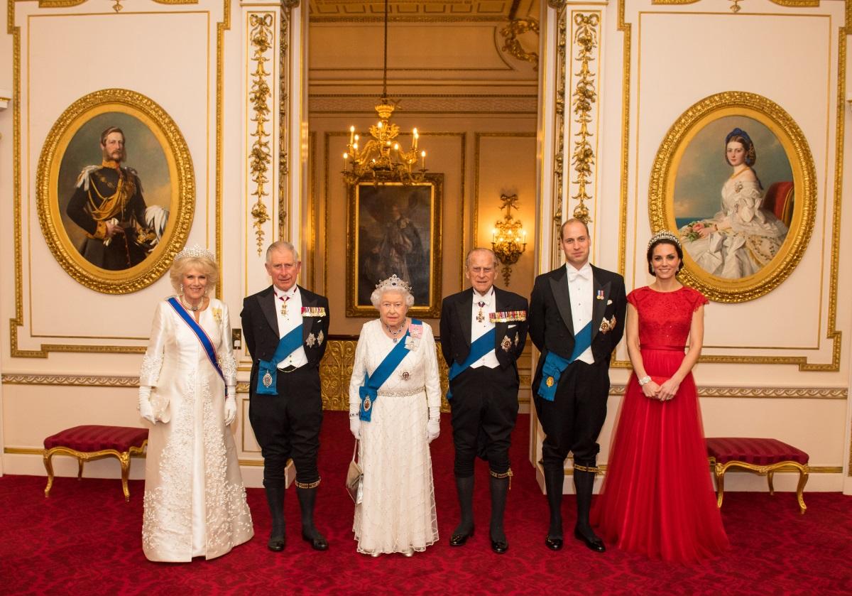 Кейт Мидълтън с червена рокля до земята и с тиарата на приннцеса Даяна по време на годишната официална вечеря за членовете на дипломатическия корпус в Бъкингамския дворец