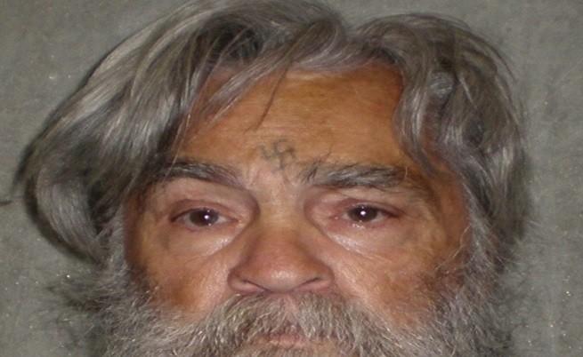 Бруталният сериен убиец Чарлз Менсън изведен от затвора