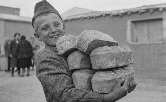 Поляче носи хлябове, предоставени от Червен кръст