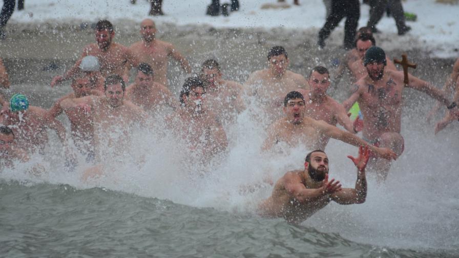 Кой извади кръста от ледените води и къде го хвърлиха с въже