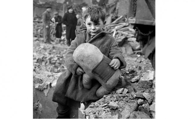 Сираче стои на прага на разрушения си дом и прегръща последното, което му е останало
