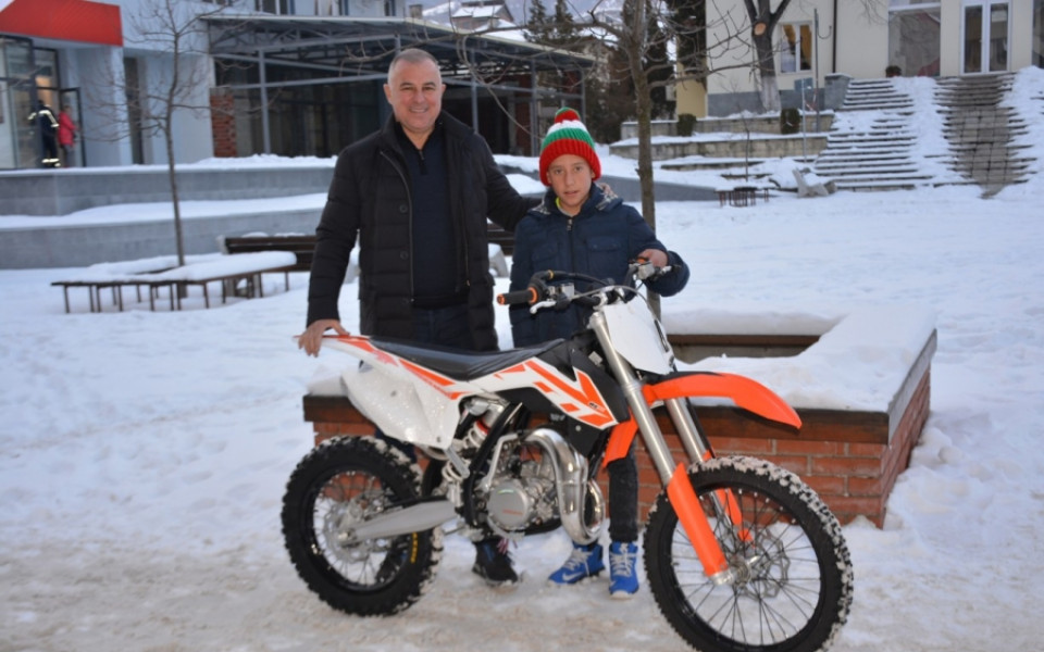 Кметът на Симитли подари мотор на шампион в мотокроса