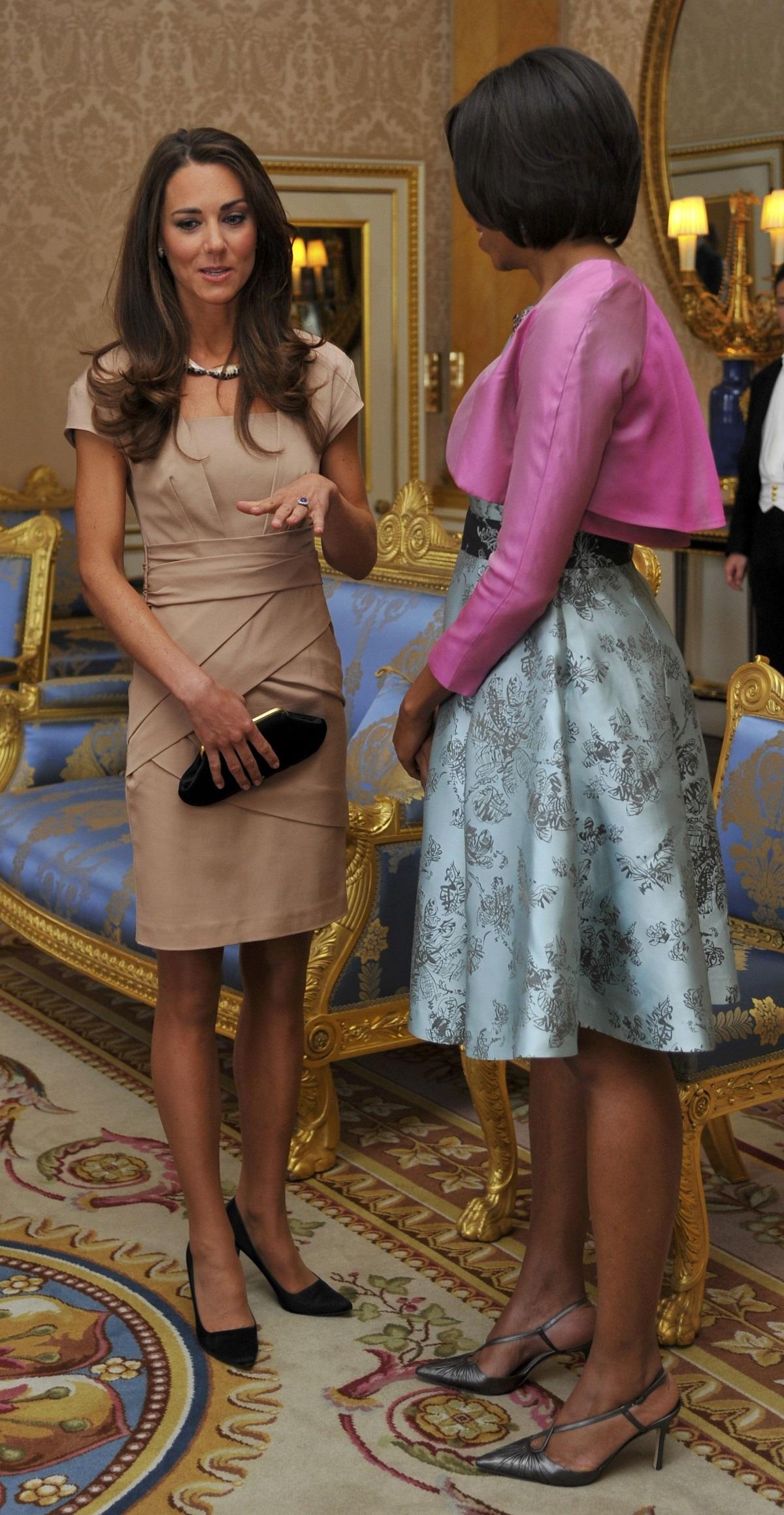 Кейт Мидълтън със съпругата на Барак Обама - Мишел в Бъкингамския дворец през 2011 г. с тоалет за 340 долара.
