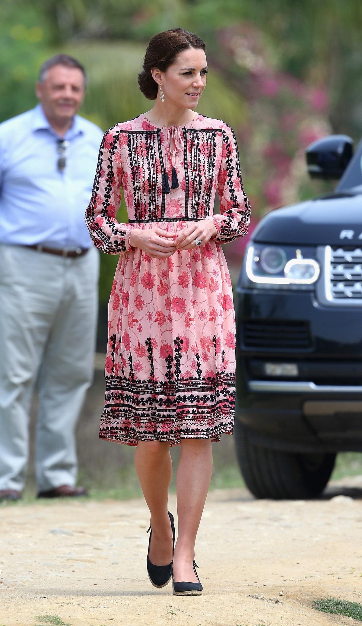 Миналата година през пролетта Кейт Мидълтън и принц Уилям посетиха Индия. През това време видехме херцогинята с много и все стилни и красиви тоалети, а един от тях струва 140 долара.