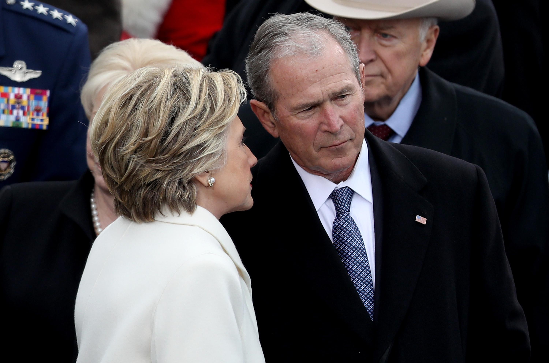 Хилари Клинтън и бившият президент на САЩ Бил Клинтън също пристигнаха на Капитолия за церемонията.Двамата се присъединиха към други бивши президенти и техните съпруги, включително Джордж и Лора Буш.
