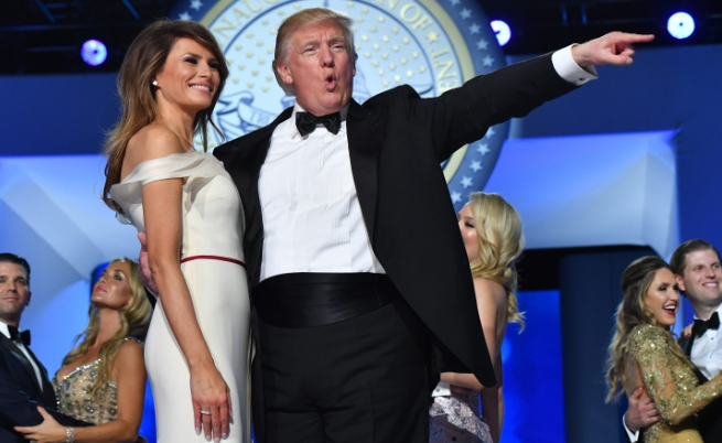 Танци и сблъсъци с полицията посрещнаха 45-ия президент Доналд Тръмп