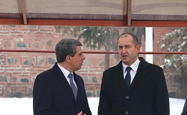 С официална церемония избраният за президент Румен Радев встъпи в длъжност. В 11 ч. на пл. Св. Александър Невски започна приемането на строя на гвардейците. След встъпването в длъжност на Румен Радев, което бе отбелязано с 21 салюта около 11:25 часа, последва прегръдка и ръкостискане с премиера в оставка Бойко Борисов.