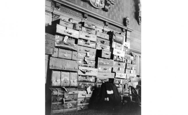 47 куфара, съдържащи доказателства срещу Петио  дрехи на жертвите му