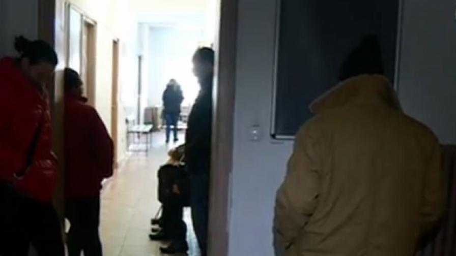 Болни деца чакат пред лекарски кабинет при 0 градуса