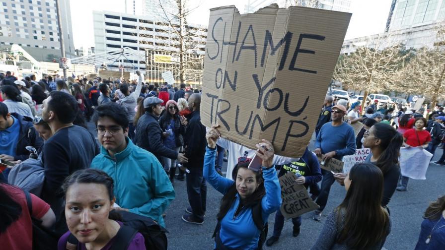 Тръмп се оправдава за указа за мюсюлманите, вълна от протести