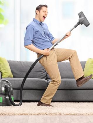мъж чистене дом