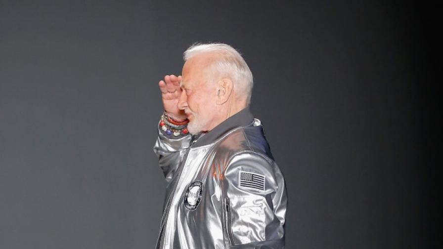 За първи път космонавт взе участие в модно ревю