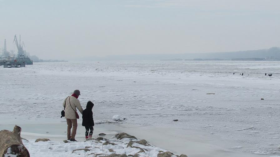 Дунав замръзна напълно при Русе