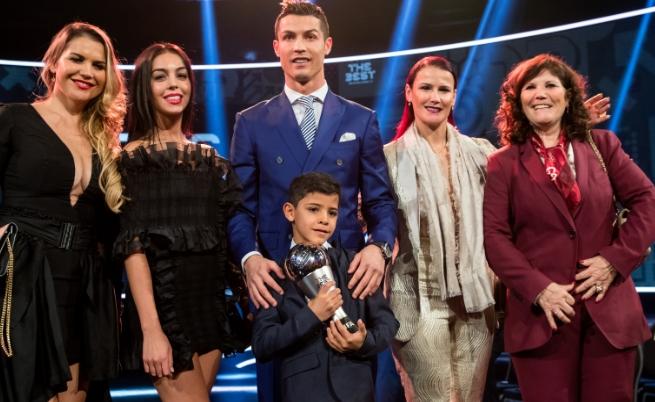 Кристиано Роналдо с приятелката си, семейството си и сина си - Кристиано-младши