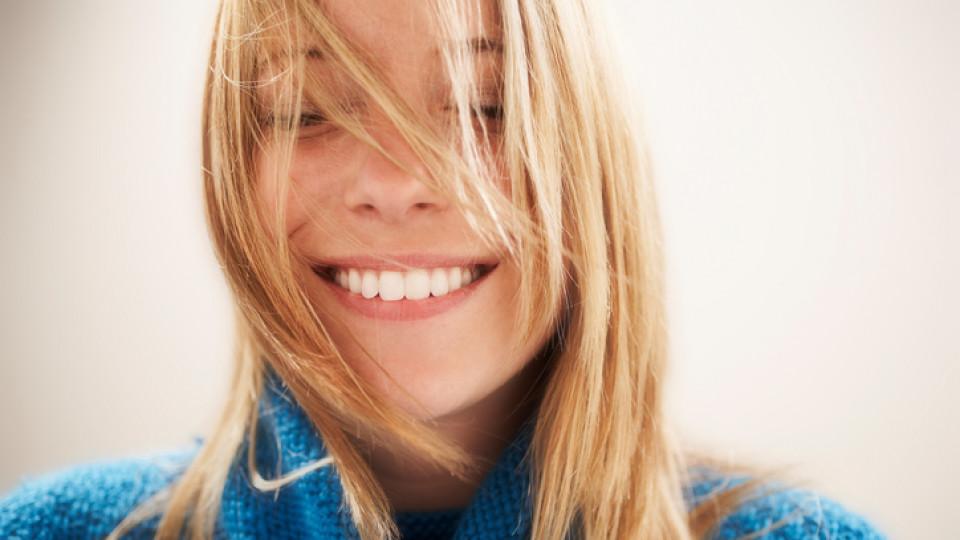 жена усмивка щастие