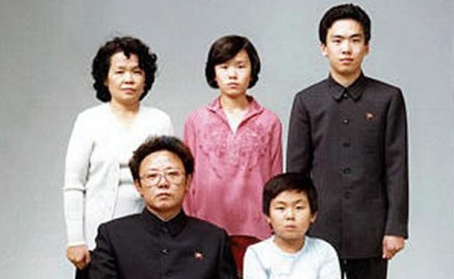 Покойният лидер на Северна Корея и баща на настоящия Ким Чен-ир със семейството си