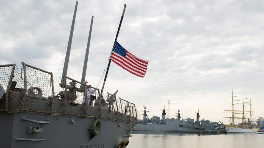Руски самолети стреснали американски кораб в Черно море