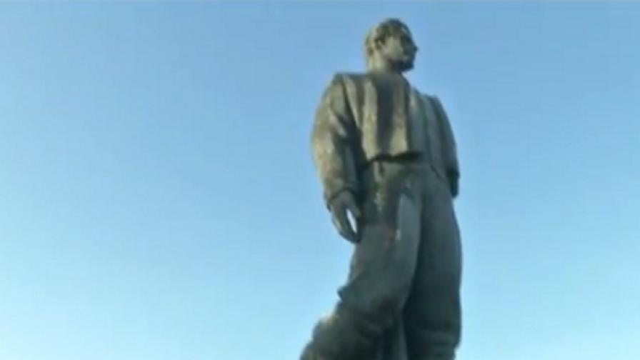 Най-големият паметник на Левски се руши