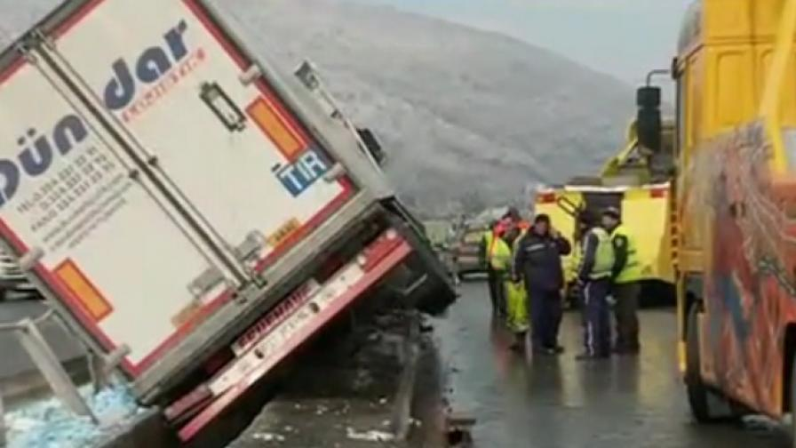 "Турски тир увисна на моста до ""Витиня"""