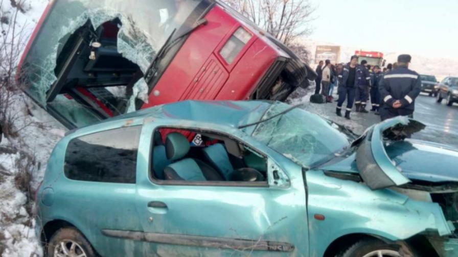 Автобус с 40 души се обърна в канавка заради друга кола