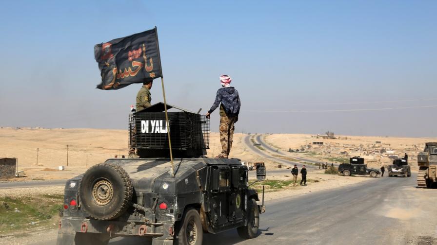 Иракската армия патрулира по пътя към летището в Мосул, който свързва и града със столицата Багдад